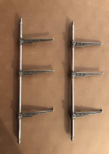 Deux barres et supports d'étagères.
