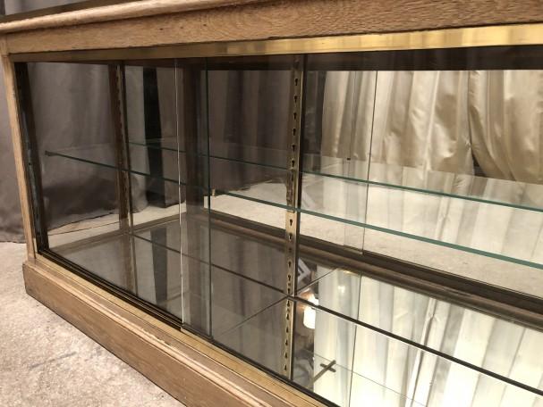 Comptoir-vitrine ancien de magasin.