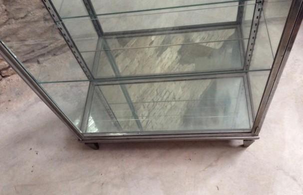 Ancienne vitrine sur pied.