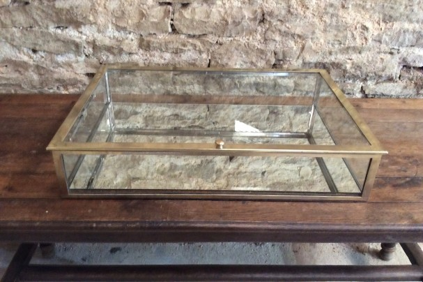 Ancienne vitrine plate de comptoir.