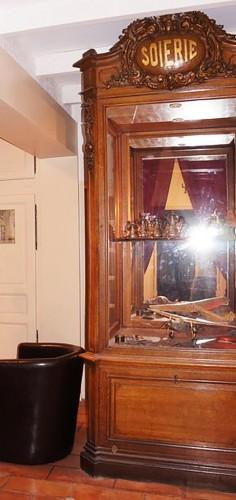 Ancien meuble vitrine de magasin.